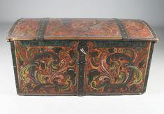 Rosemalt kiste med rød bunnfarge, Vestlandstype med telemarksroser. Eiernavn og datering 1852. L: 121 cm. Prisantydning: ( 7000 - 8000) Solgt for: 4500