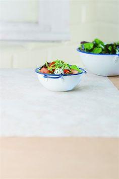 Jeunes pousses de salade aux fraises et chèvre frais - Larousse Cuisine