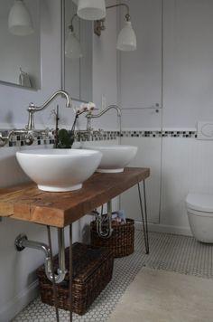 Plan vasque avec hairpin legs dans la salle de bain  http://www.homelisty.com/diy-hairpin-legs/