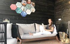 Wil jij je veranda of schutting in je tuin opleuken, maar weet niet met wat? STOP met zoeken! Deze hexagoncollage kun je buiten ophangen! Personaliseer met je eigen foto's en mix met quotes en prints! Zo leuk heb je het nog niet gezien! #gardeninspiration #tuinidee #tuin #veranda #terras #fotocollage #interiordesign Outdoor Sofa, Outdoor Furniture, Outdoor Decor, Collage, Toilet, Decorations, Bed, Home Decor, Style
