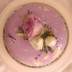"Сверху глазурь еще покажу.. И про ""внутри"" забыла-фисташковый дакуаз, кремю малина-клубника-роза, малиновое кули, баварский мусс на темном шоколаде #valrhona Манжари с фисташковым пралине #entremets #entremet #gateau #glacage #cake #cake_gebrak #cakeart #patisserie #babyblog #pastryart #pastry #dessert #delicious #chocolate #raspberry #strawberry #pistachio #торты #торт #тортбезмастики #зеркальнаяглазурь #торт_жебрак #шоколад #малина #клубника #фисташки"