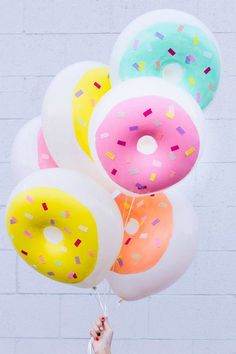 Awesome DIY donut balloons from Studio DIY. Donut party please! Donut Birthday Parties, Donut Party, Birthday Ideas, Diy Birthday, Summer Birthday, Happy Birthday, 19th Birthday, Turtle Birthday, Turtle Party
