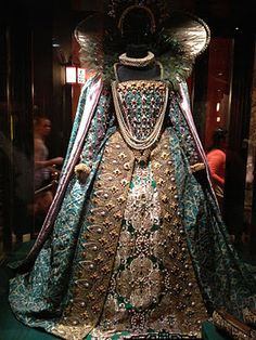 """Gown worn by Queen Elizabeth I. Elizabeth I was queen regnant of England and Ireland from November 1558 until her death in Sometimes called """"The Virgin Queen"""", """"Gloriana"""", or """"Good Queen Bess"""", Elizabeth was the fifth and last monarch of the Tudor dynasty Vintage Dresses, Vintage Outfits, Vintage Fashion, Historical Costume, Historical Clothing, Historical Quotes, Dinastia Tudor, Elisabeth I, Elizabethan Era"""