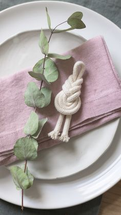 Knot tutorial - sustainable gifts Sustainable DIY gift idea: Pipa knot made from string remnants, e. Macrame Art, Macrame Projects, Macrame Knots, Sustainable Gifts, Macrame Tutorial, Boho Diy, Motif Floral, Macrame Patterns, Diy And Crafts