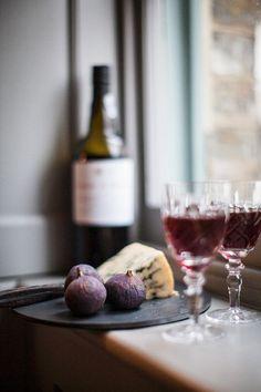 Устройство красного вина, голубым сыром и инжиром