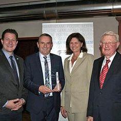 Baufritz erhält den Anton-Jaumann-Innovationspreis. Die Bayerische Staatsministerin für Wirtschaft und Medien, Energie und Technologie Ilse Aigner überreichte die Auszeichnung, welche von der Jungen Union Schwaben verliehen wird, an Prokurist Karl Mayer.