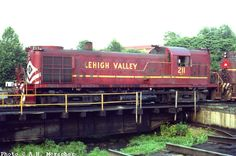 (CR LV 211 ---- An LV 'hammerhead' Survived on roster as CR Unit is now on display as the Rochester & Genese Valley Railroad Museum. Railroad Pictures, Train Art, Train Engines, Lehigh Valley, N Scale, Diesel Locomotive, Steam Engine, Train Tracks, Model Trains