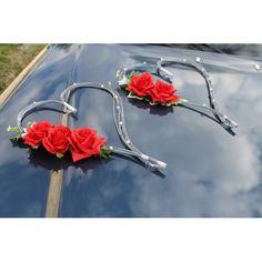 Décoration de voiture faite avec 2 coeurs en rotin, décorés avec des perles blanches et des roses rouges Vous avez le choix des couleurs! La décoration de voiture de la mariée est faite à la main, sur mesure en France avec des fleurs artificielles Haut de Gamme