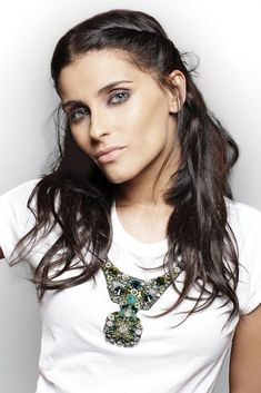 "Erstmals auf Spanisch singt Nelly Furtado in ihrem neuen Song ""Manos Al Aire"" über Beziehungs-Kämpfe. Making-of-Video sehen! Amazing Women, Beautiful Women, Nelly Furtado, Top Drawer, Female Singers, Nurses, Videos, Pretty Girls, Divas"