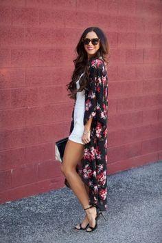 Outfits con kimonos estampado floral negro rosa jumpsuit blanco sandalias tacón lentes de sol gafa negras clutch negro
