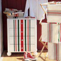 Un meuble peint de rayures rouges et vertes