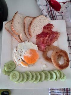 -----Ontbijtideetje---- Groot succes bij Katha., vooral de uienringen! Toast - Gebakken ei (met ui) bacon - komkommer - ONTBIJTTOETJE: Partjes sinaasappel