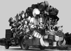 """Además de algunos artesanos locales (en La Mancha, especialistas en forrar garrafas de vidrio para el vino), por los pueblos iban vendiendo las canastas gentes de raza gitana —los """"canasteros""""—, nómadas, que con carromatos arrastrados por mulillas o borriquillos acampaban en las afueras de las poblaciones y recorrían las calles anunciando su mercancía, muchas veces a cambio de algo de comida."""