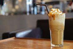 Yunanistan'ın en bilinen ve sevilen kahvelerinden bir tanesi olan frappe, yaz günlerinde içinizi serin mi serin tutmak için birebir.