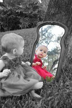 coole Bilder Baby schwarz weiß Spiegel farbige Widerspiegelung