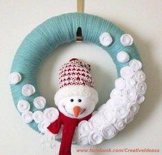 C'est les vacances de Noël, vous avez encore le temps de faire votre couronne de Noël à placer sur la porte. Et je vous assure qu'avec 3 fois rien, vous pouvez créer de très belles. Il suffit de prendre le temps pour le faire. Superbe n'est-ce pas ? Elle en jette cette couronne de Noël, c'est une...