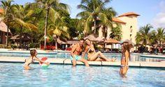 PISCINA PRINCIPAL... Las habitaciones en esta sección de Sandos Playacar están a unos pasos de la piscina principal, donde encontrarás diversión, comida y relajación con muchas actividades.