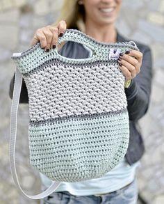 Häkeltasche Tono von MyBoshi nachhäkeln (Mix Patterns Home)MAG DIY Crochet Bag - Step-by-step guide for advanced users Then try a crochet bag! Just pick three colors – let's go!round: ⇒ crochet each stitch ⇒ 90 MiR ⇒ Attention! Crochet Diy, Bag Crochet, Mochila Crochet, Knitting Patterns, Crochet Patterns, Diy Accessoires, Diy Mode, Macrame Bag, Knitted Bags