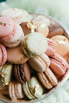 Macaroons with gold flakes. ( I think macaroons would be a nice touch for a desert as well) French Macaroons, Pastel Macaroons, Macaroons Wedding, Laduree Macaroons, Snacks, Let Them Eat Cake, Afternoon Tea, Love Food, Gastronomia