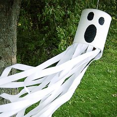 50 Cheap and Easy Ou 50 Cheap and Easy Outdoor Halloween Decor DIY Ideas - Prudent Penny Pincher Halloween Zombie, Halloween Lawn, Fun Halloween Crafts, Easy Halloween Decorations, Dollar Store Halloween, Cheap Halloween, Homemade Halloween, Outdoor Halloween, Halloween Wreaths