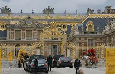 O Palácio de Versailles recebe os convidados de Kim e Kanye (Foto: AFP)