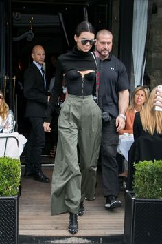 - Continuing with her trend of wearing peekaboo lingerie, Kendall Jenner revealed her black bustier beneath a super-cropped turtleneck, which she paired wide-legged trousers. - Total Street Style Looks And Fashion Outfit Ideas Trajes Kylie Jenner, Kendall Jenner Style, Kendall Jenner Outfits, How To Have Style, Black Bustier, Street Style, Her Style, Celebrity Style, Style Inspiration