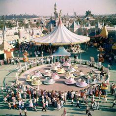 How did Disneyland and Walt Disney World look when you were a kid? Walt Disney World, Disneyland World, Disney Parks, Disneyland Resort, Magical Pictures, Disney Pictures, Old Disney, Disney Fun, Disney Theme