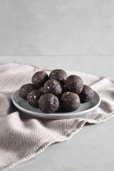 Boules d'énergie brownie - Simplement Frais Biscuits, Nutrition, 21 Day Fix, Brownies, Healthy Snacks, Desserts, Moment, Gluten, Strawberry Fruit