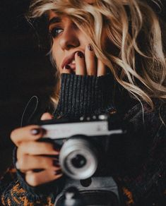 Self Photography, Creative Photography, Portrait Photography, Alexandra Burimova, Foto Portrait, Girls With Cameras, Cute Poses, Vintage Cameras, Female Photographers