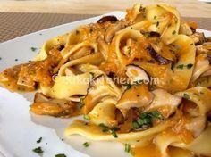 La pasta con zucca e porcini è un primo piatto dai profumi e dai colori autunnali. Una ricetta semplice e veloce da personalizzare a piacere
