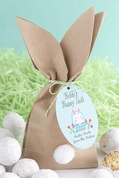 looking for a sweet Easter treat to pass out to the kids — these cute Easter bunny goody bags are the perfect Easter DIY! Fill the bags up with whatever you like and then gather the tops and tie on your custom Easter greeting! Rabbit Crafts, Bunny Party, Cute Easter Bunny, Bunny Tail, Diy Ostern, Easter Bunny Decorations, Easter Crafts For Kids, Hang Tags, Craft Stick Crafts