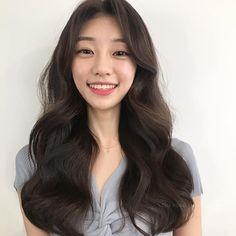 Asian Hair Wavy, Brown Hair Korean, Iu Short Hair, Korean Long Hair, Haircuts For Long Hair, Permed Hairstyles, Long Hair Cuts, Wavy Hair, Pretty Hairstyles