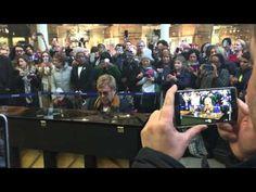 Elton John doa piano faz performance surpresa em estação de trem londrina. Veja! #Lançamento, #Novo, #QUem http://popzone.tv/2016/02/elton-john-doa-piano-faz-performance-surpresa-em-estacao-de-trem-londrina-veja.html