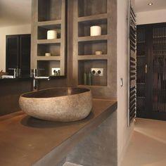 Beton mosdópult, épített polcok, egyedi mosdó