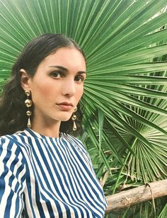 Boucles d'oreilles dorées + blouse à rayures bleues et blanches = le bon mix (photo Diletta Bonaiuti)