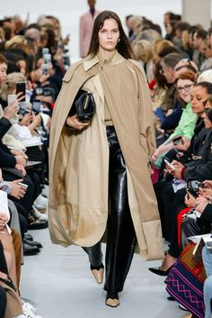 See all the Collection photos from Celine Spring/Summer 2018 Ready-To-Wear now on British Vogue Fashion Week Paris, Fashion 2017, Love Fashion, Runway Fashion, Fashion Design, Fashion Trends, Celine, Catwalk Collection, Fashion Show Collection
