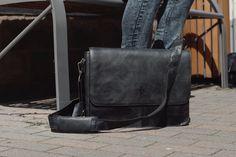 """Zeitlos-klassischer Chic trifft auf hochwertig verarbeitetes Rindsleder und heraus kommt - """"Pharell""""! Die trendige Ledertasche im Businesstyle erweist sich als praktischer Allrounder im Alltag. Mit ihrer hohen Belastbarkeit und ihren umfangreichen Verstaumöglichkeiten ist sie der ideale Begleiter für das Büro, die Arbeit oder Freizeit - Ledertasche - Gusti Leder - 2B13-20-6"""