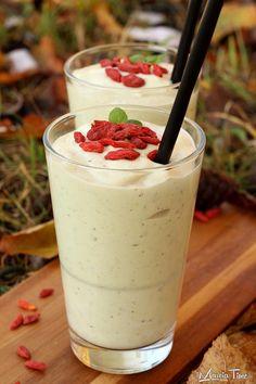 Koktajl z awokado i bananem. Cocktail with avocado and banana. www.marciatime.pl
