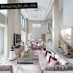Com predominância de tons neutros, esta ampla sala de estar aposta nos detalhes em cor violeta, dando destaque para o degradê que se forma no tapete. O corrimão da escada com formas circulares é um luxo à parte. Leia mais: http://www.revistadecor.com.br