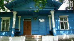 От роскошной усадьбы сохранился лишь этот деревянный гостевой домик. Михаил и Наталья жили в нем в 1916 году,  когда  затеяли в имении ремонт. Фото: Елена РАКОВА