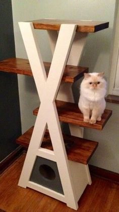 I wish I had the talent to make this homemade cat tree. DIY projects have to be easy for me to get a handle on them! This cat tree truly is gorgeous, though. Cool Cat Trees, Diy Cat Tree, Cat Trees Diy Easy, Diy Pour Chien, Cat House Plans, Cat Perch, Cat Towers, Cat Stands, Cat Shelves