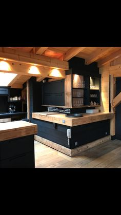 Choosing New Kitchen Cabinets Cabin Kitchens, Cool Kitchens, Outdoor Kitchen Design, Interior Design Living Room, Casa Hotel, Chalet Interior, Cabin Design, Cabin Homes, Sweet Home