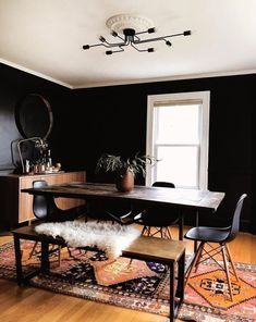 t have to Latest Homely Decor Design latesthomelydecordesign Dining room ideas Black doesn&;t have to equal dark gothic and […] room on a budget paint Black Dining Room Sets, Dining Room Colors, Black Rooms, Black Walls, Dining Room Design, Design Table, Design Design, Dining Room With Rug, Colorful Dining Rooms