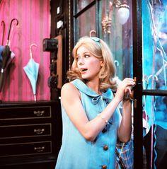 Les Parapluies de Cherbourg, Jacques Demy, 1964. Catherine Deneuve, alias Geneviève, dans la Manufacture du Véritable Cherbourg #ParapluiesdeCherbourg