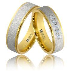 Beneficiind de o cromatica deosebita, aceasta pereche de verighete imbina finisajele de tip mat rola diamant aplicate pe mijloc cu cele lucioase pe margini. Un model pentru cei care nu pot alege intre aurul alb si cel galben.