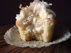 A Southern Grace: pie in the sky Coconut Cream Pie Cupcakes Cupcake Flavors, Cupcake Recipes, Cupcake Cakes, Dessert Recipes, Cupcake Ideas, Gigi's Cupcakes, Filled Cupcakes, Cheesecake Cupcakes, Baby Cakes