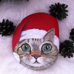 """124 Likes, 16 Comments - Ayşegül Tolunay (@pietraizmir) on Instagram: """"Sevimli kedi yılbaşına hazır#kedi #doğal #taş #boyama #elyapımı #kediseverler #noel #şapka #yeniyıl…"""""""
