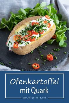 Ofenkartoffel mit Quark und Salat Baked potatoes and herb quarks are healthy recipes and great lunch ideas. Baked potatoes are great even in summer. Very light and healthy food. Crock Pot Recipes, Potato Recipes, Lunch Recipes, Salad Recipes, Breakfast Recipes, Dinner Recipes, Chicken Recipes, Cooking Recipes, Recipe Chicken