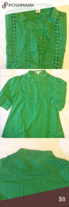 ✨Banana Republic Kelly Green Blouse✨ Beautiful roomy blouse with fabric covered buttons and cute detailing around collar. 3/4 sleeve. Gathered shoulders. Says small, but is very roomy. Used condition. Banana Republic Tops Blouses