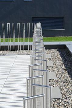 Reportage photo d'une piscine design en Suisse Fence Gate Design, Modern Fence Design, Railing Design, Wall Railing, Staircase Railings, Landscape Elements, Landscape Design, Patio, Backyard